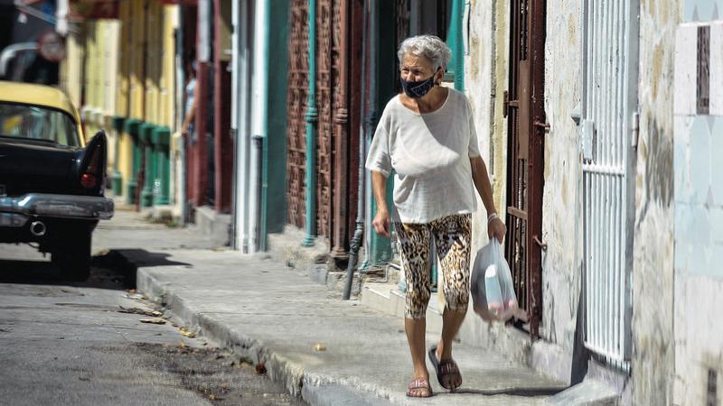 أبرز سمات كوبا طوال حكم الشيوعيين هو الفقر الشديد كما يظهر في أحد شوارع العاصمة هافانا.   إي.بي.إيه