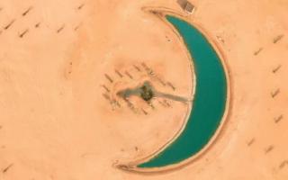 الصورة: شاهد ..بحيرة على شكل هلال في صحراء دبي