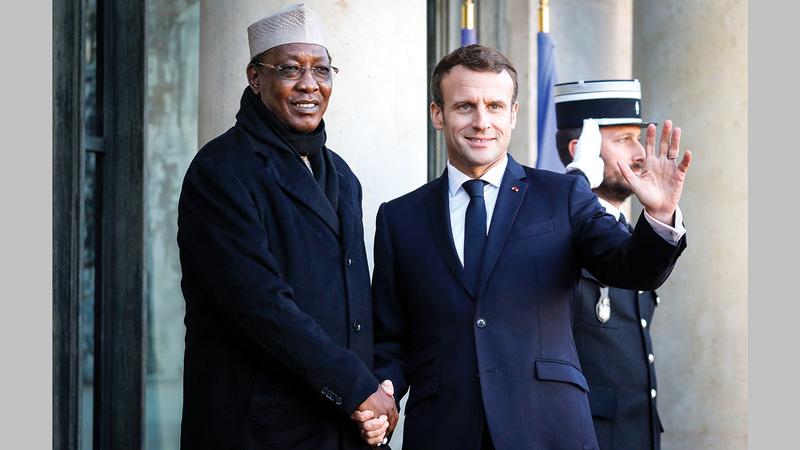 ديبي كان حليفاً للرئيس الفرنسي إيمانويل ماكرون.   أ.ف.ب