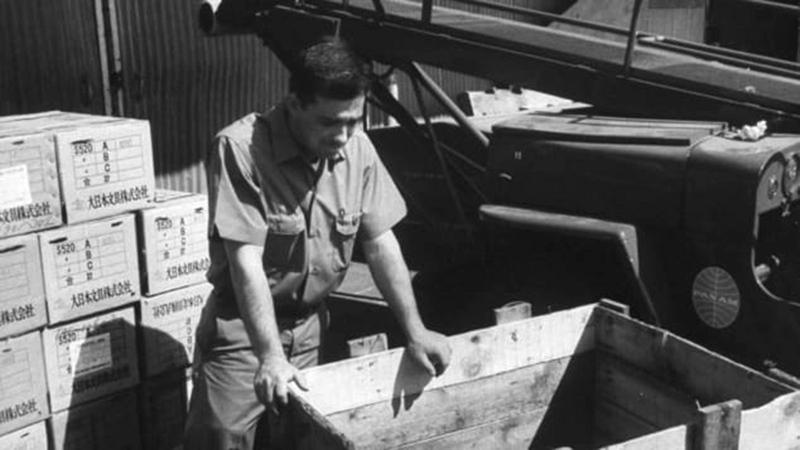أحد موظفي بان أميركان يتفحص الصندوق الذي سافر فيه روبنسون.   من المصدر