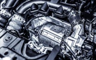 الصورة: عادة شائعة تتسبب بالقضاء على محرك السيارة