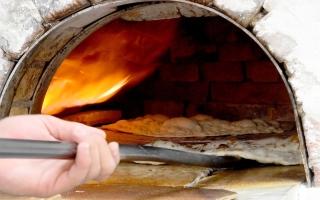 الصورة: بالصور.. تحضير الخبز لإفطار رمضان بأفران في أبوظبي