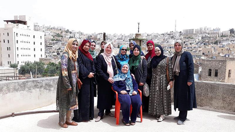صاحبة «نكهات خليلية» مع سيدات الخليل فوق سطح منزلها. À الإمارات اليوم