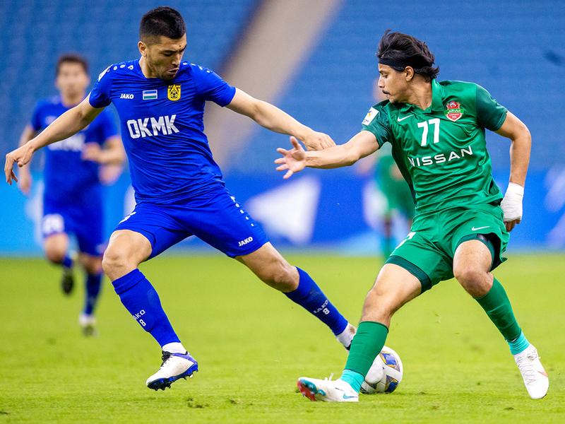 أحمد العطاس يحاول قطع الكرة من أمام لاعب أجمك.   من المصدر