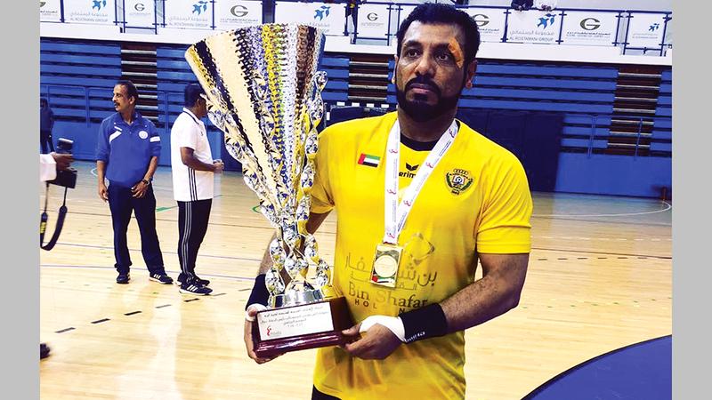 أحمد صقر خلال التتويج مع فريقه السابق الوصل بلقب كأس اليد.   من المصدر