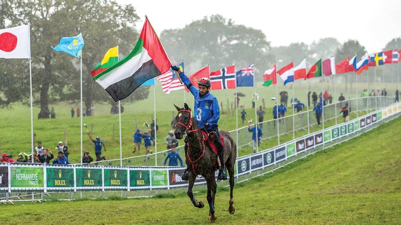 حمدان بن محمد يرفع علم الإمارات لحظة إعلانه بطلاً لمونديال القدرة في فرنسا 2014.   أرشيفية