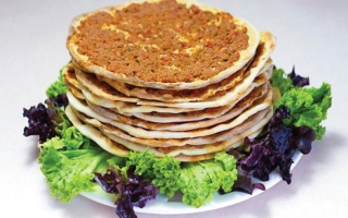 الصورة: طبق اليوم.. «لحم بعجين» بالخبز اللبناني