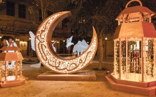 الصورة: ليالي رمضان الفنية.. لوحات ومنحوتات على خور دبي