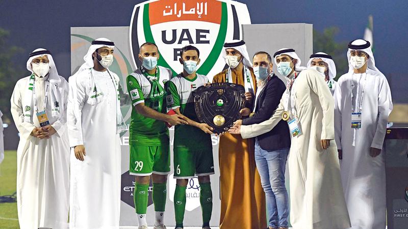 راشد بن حميد يسلّم درع الدرجة الأولى إلى لاعبي العروبة.   من المصدر