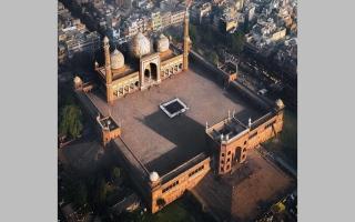 الصورة: بالفيديو.. مساجد.. المسجد الجامع.. أيقونة مغولية حمراء مكحلة بالمرمر