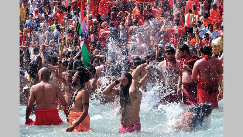 أحيا بعض الهنود طقوسهم الدينية قبل أيام وسط مياه الأنهار دون مراعاة لقيود «كوفيد-19». غيتي