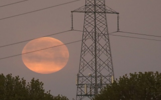 """الصورة: بالصور: """"القمر الوردي الخارق"""" حول العالم"""