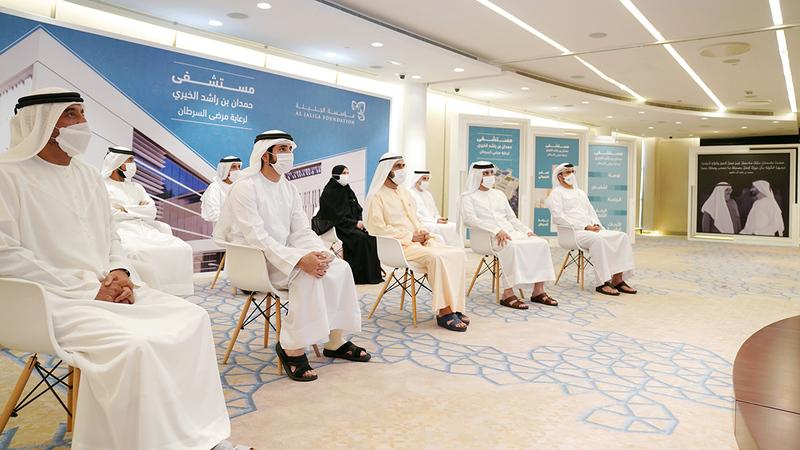 محمد بن راشد خلال الإعلان عن تأسيس المستشفى الجديد بحضور حمدان بن محمد ومكتوم بن محمد وأحمد بن سعيد.  وام