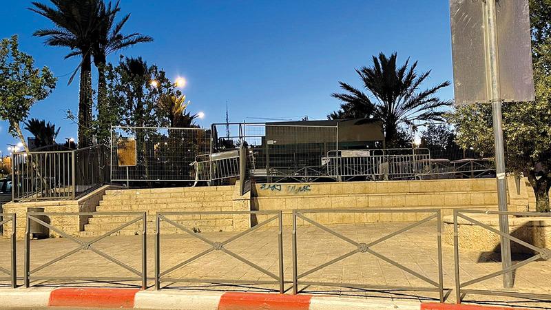 الاحتلال يغلق مدرجات باب العامود بالحواجز الحديدية.   الإمارات اليوم