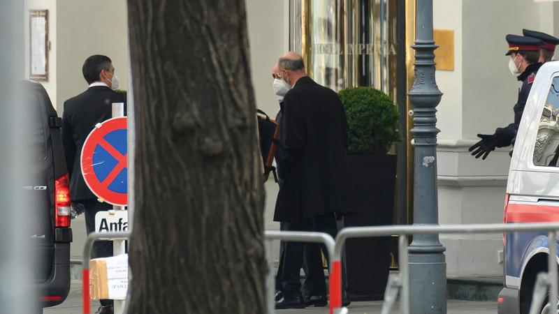 المبعوث الأميركي الخاص لإيران روبرت ميلي يغادر الفندق بعد مباحثات اللجنة المشتركة.   إي.بي.إيه