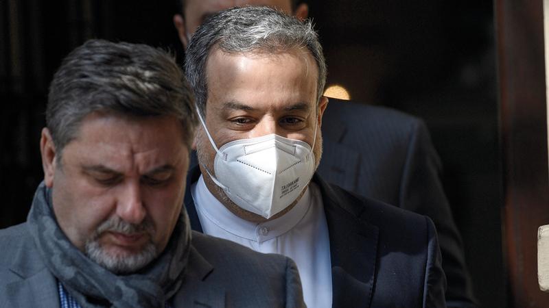 نائب وزير الخارجية الإيراني عباس عرقجي يغادر الفندق الذي انعقدت فيه مباحثات الاتفاق النووي.   إي.بي.إيه