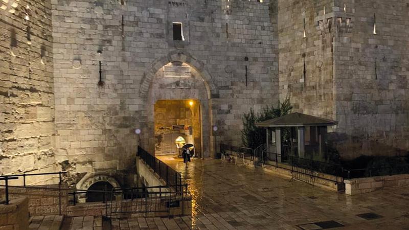 باب العمود يخلو تماماً من المقدسيين بعد التراويح.   الإمارات اليوم