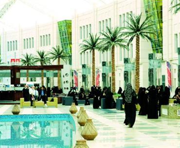 طالبات في جامعة زايــد يشكين سوء الحافلات محليات الإمارات اليوم