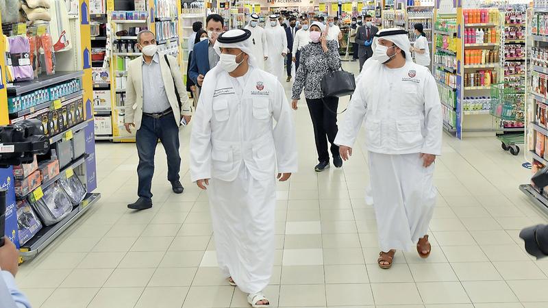 «اقتصادية أبوظبي» نظمت جولة تفتيشية بمركز المشرف التجاري في أبوظبي.  تصوير: نجيب محمد