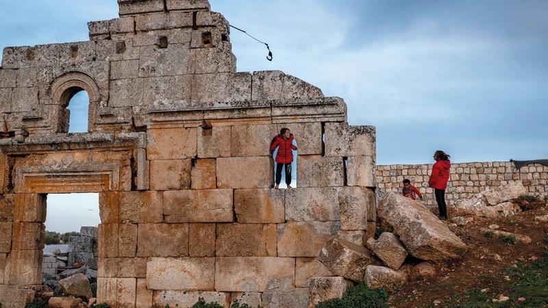 أطفال يلعبون فوق جدران موقع أثري شمال سورية.  أرشيفية