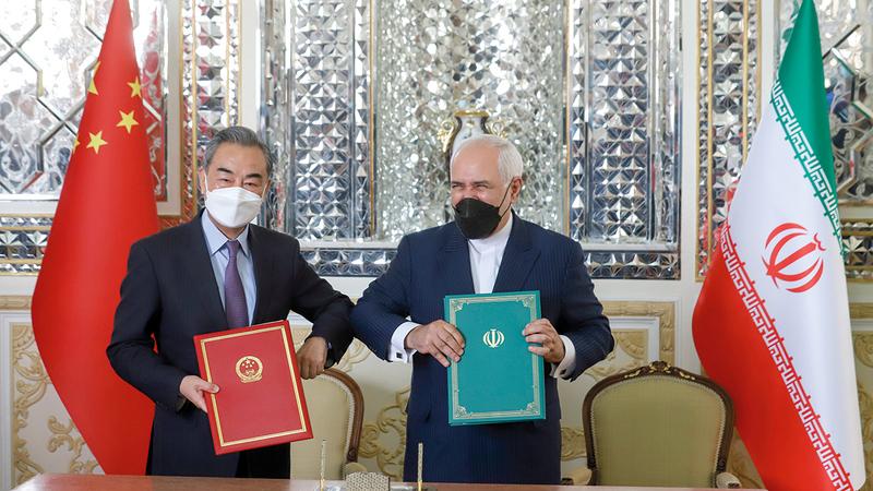 وانغ يي مع وزير الخارجية الإيراني محمد جواد ظريف بعد توقيع الاتفاق الاستراتيجي قبل أسابيع قليلة.  رويترز