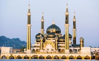 الصورة: بالفيديو.. مسجد الكريستال..  بلورة بقباب «سندبادية» متوهجة