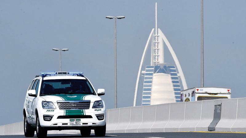 فريق عمل من دوريات الشرطة نجح في ضبط السائق الهارب.  أرشيفية