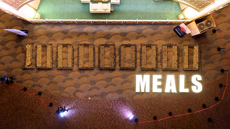 تشكيل عبارة «100.000.000 وجبة» باستخدام 2500 فانوس رمضاني.  من المصدر