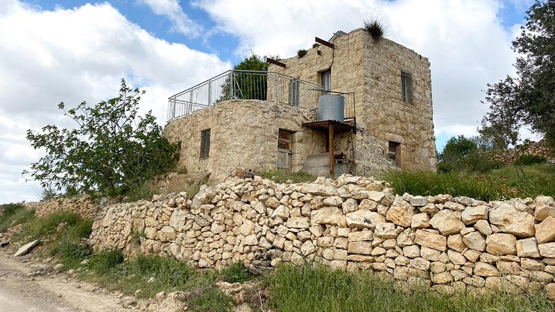 منزل مهجور في قرية شوشحلة يرفض الاحتلال عودة أصحابه.  الإمارات اليوم