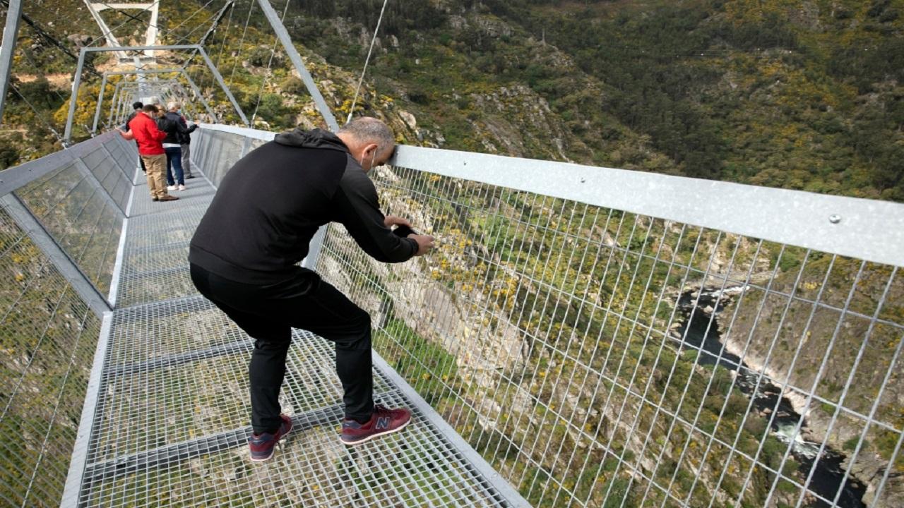 الجسر المعلق يبلغ طوله 516 متراً فوق نهر بايفا بالبرتغال. رويترز