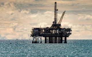 الصورة: أسعار النفط تنزل عن قمة 6 أسابيع تحت ضغط مخاوف طلب الهند