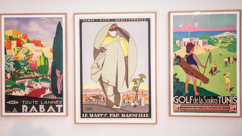 تكتسب الملصقات المعروضة أبعاداً فنية تتجاوز البعد الإعلاني المباشر. من المصدر
