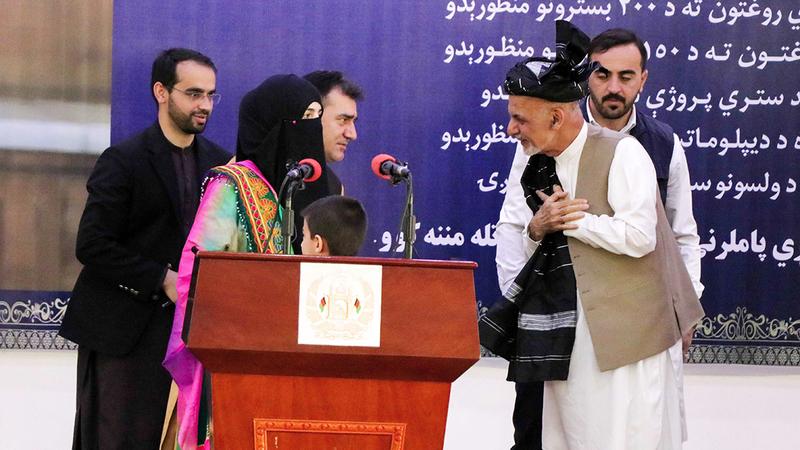 الرئيس الأفغاني يتحدث مع مؤيديه أثناء زيارة له إلى قندهار.  إي.بي.إيه