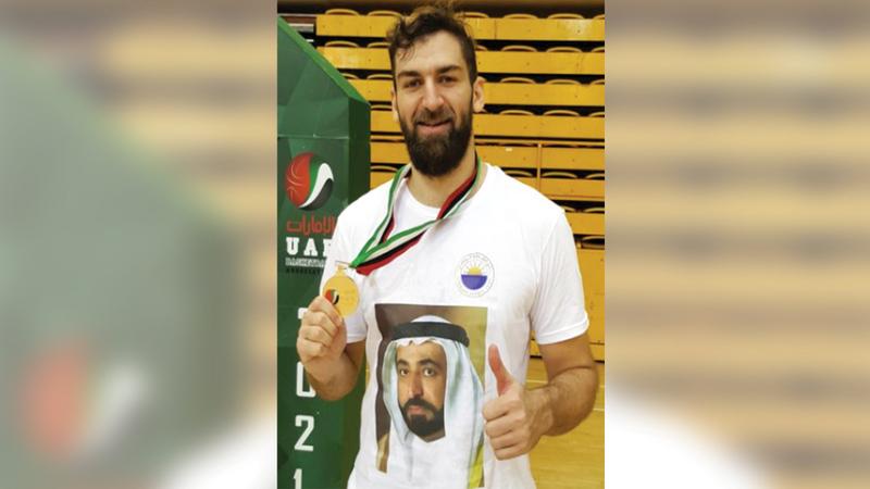 جاسم محمد يستعرض الميدالية الذهبية.  من المصدر