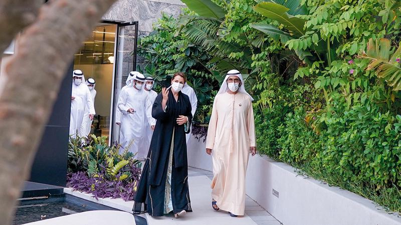 محمد بن راشد خلال تجوّله على أركان المشروع. وام