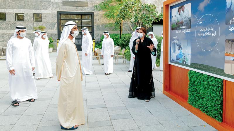 محمد بن راشد خلال إطلاقه بحضور حمدان بن محمد ومكتوم بن محمد المرحلة الأولى من مشروع «وادي تكنولوجيا الغذاء». وام
