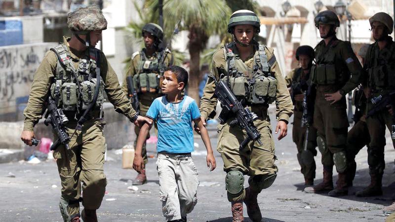 الأطفال الفلسطينيون لا يسلمون من بطش قوات الاحتلال.   أ.ف.ب