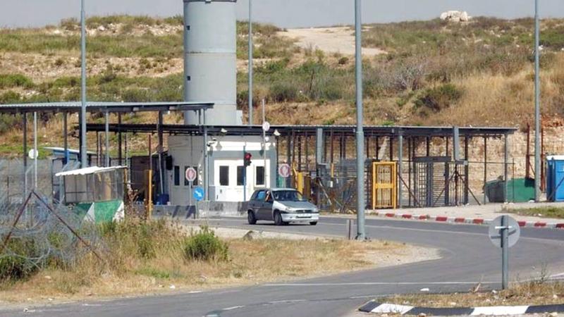 الحاجز العسكري المقام على مدخل بيت إكسا الوحيد.   الإمارات اليوم
