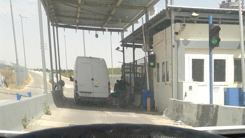 المرور عبر الحاجز العسكري مقيّد بتنسيق مسبق.   الإمارات اليوم