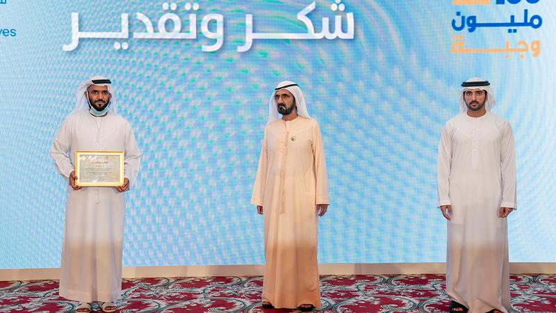 محمد بن راشد كرّم كبار المساهمين والمتبرعين لحملة «100 مليون وجبة».     من المصدر