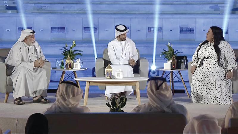 الحمادي يتوسط شيماء والجسمي خلال الجلسة. من المصدر