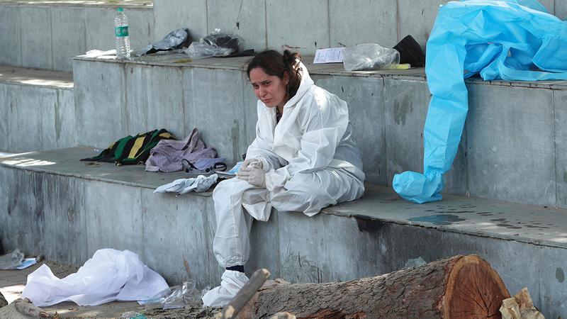 مواطنة هندية تبدو حزينة بعد أن فقدت أحد أقاربها إثر إصابته بالفيروس.  أ.ب