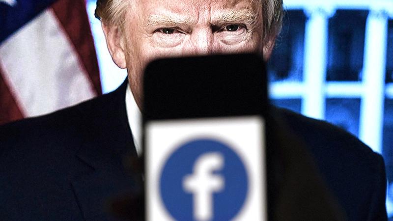 «فيس بوك» ظل يحجب ترامب عن وسائل التواصل.  رويترز