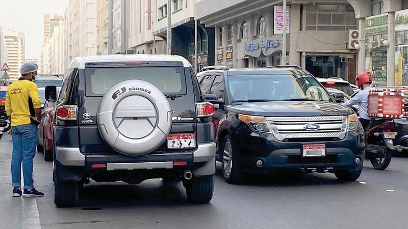 شرطة أبوظبي شددت على ضرورة الالتزام بالقوانين وعدم الوقوف العشوائي.  تصوير: إريك أرازاس