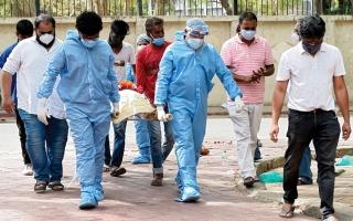 الصورة: الهند تواجه أكبر فورة وبائية في العالم مع أكثر من 4000 وفاة بـ «كورونا» يومياً