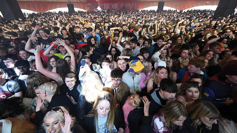 الآلاف حضروا حفلاً موسيقياً في ليفربول قبل أيام من دون كمامات.   أرشيفية