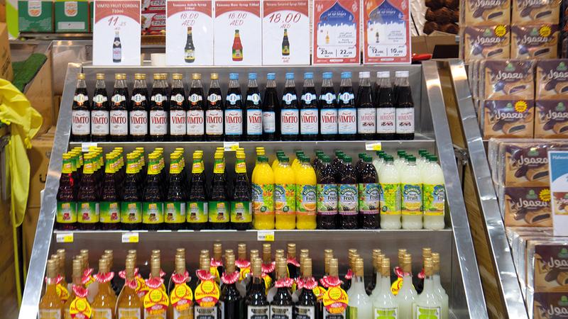 «المشروبات الرمضانية» تشمل عصائر مركزة بنكهات فواكه مختلفة.   تصوير: أحمد عرديتي