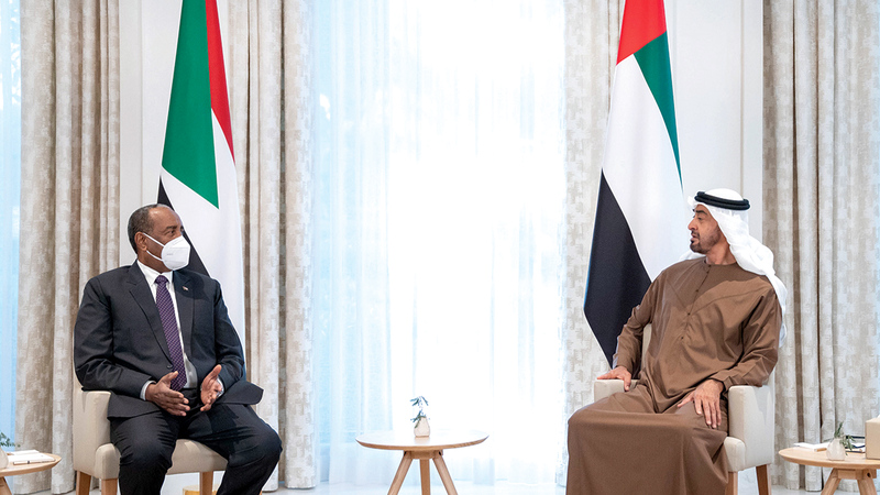 محمد بن زايد خلال استقباله في قصر الشاطئ رئيس مجلس السيادة الانتقالي في السودان. وام