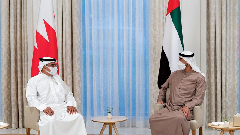محمد بن زايد خلال استقباله الأمير سلمان بن حمد آل خليفة.  وام