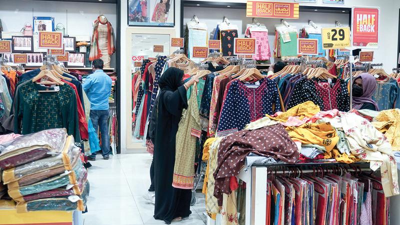 مستهلكون أكّدوا أن شمول العروض لقطاعات مختلفة من السلع حفزهم على شراء مستلزمات وهدايا العيد باكراً.  تصوير: أشوك فيرما